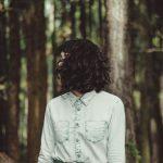森に佇む少女