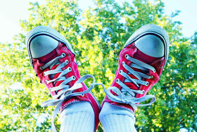 前向きな赤い靴