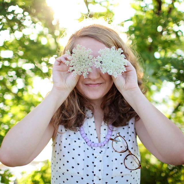 お花で遊ぶ女の子
