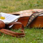 自然の中にあるギターと楽譜